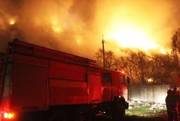 Нічна пожежа на хмельницькому сміттєзвалищі: вогонь гасили  37 рятувальників на 7 машинах