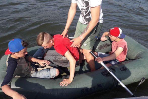 На Дністрі у чотирьох підлітків посеред річки спустив човен
