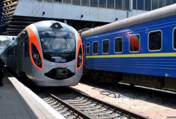 Укрзалізниця запустить додаткові поїзди наТрійцю