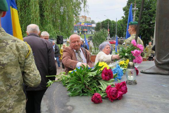 Хмельничани поклали квіти до пам'ятника жертвам репресій комуністичного режиму