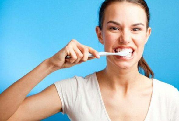 Коли під рукою немає пасти: стоматологи розповіли, які продукти найкраще очищають зуби