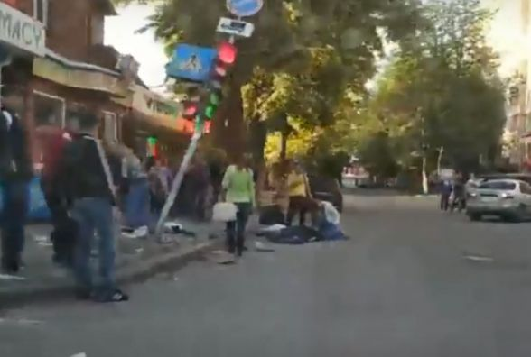 В центрі Хмельницького автомобіль збив жінку. Водій втік, жінка - у лікарні