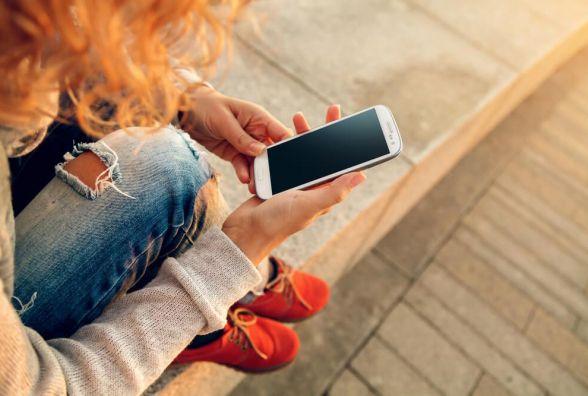 Болять спина, шия та очі - Супрун розповіла про небезпеку смартфонів