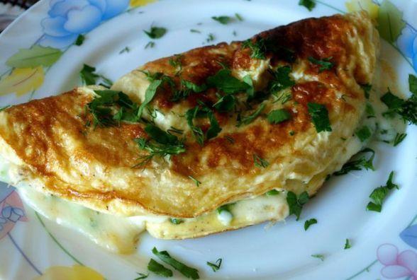 Смачний сніданок: готуємо омлет з моцареллою і зеленою цибулею