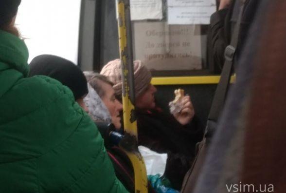 Хмельничанин Дмитро скаржиться на  тисняву та штовханину в автобусі № 30. Що пропонує робити?