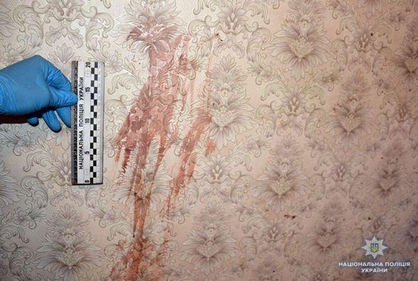 У Хмельницькому чоловік вбив матір та ще два дні пиячив поряд з її тілом