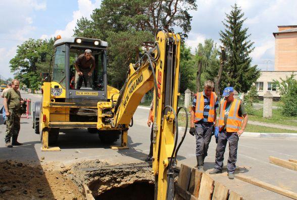 Посеред дороги у центрі Славути асфальт провалився в каналізацію