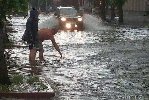 Хмельницький затопило. Фото та відео з вулиць міста