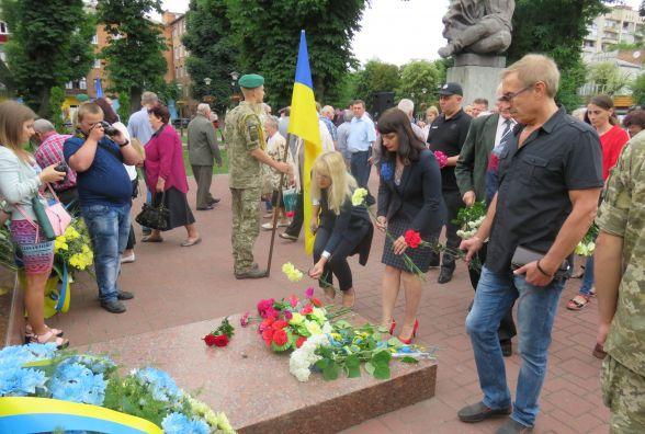 """77-а річниця Другої світової війни: хмельничани поклали  квіти до """"Вічного вогню"""""""