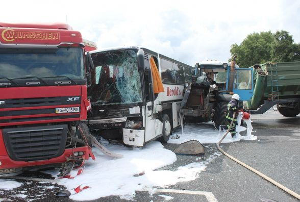 На Давидківському перехресті зіткнулись трактор, рейсовий автобус і вантажівка. Є потерпілі