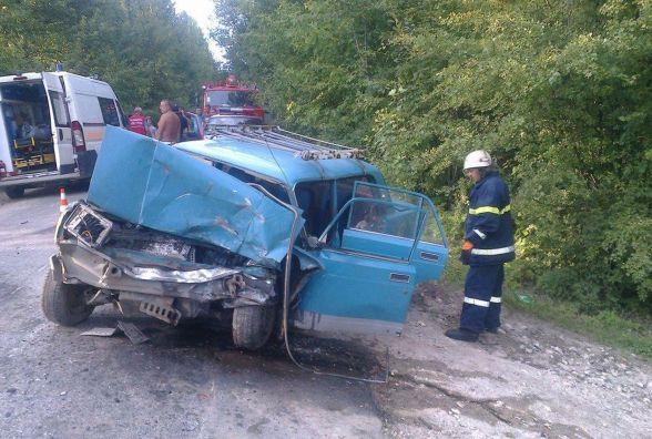 """Біля Нової Ушиці зіткнулись """"ВАЗ"""" та """"Peugeot"""": одна людина загинула, ще двоє у лікарні"""
