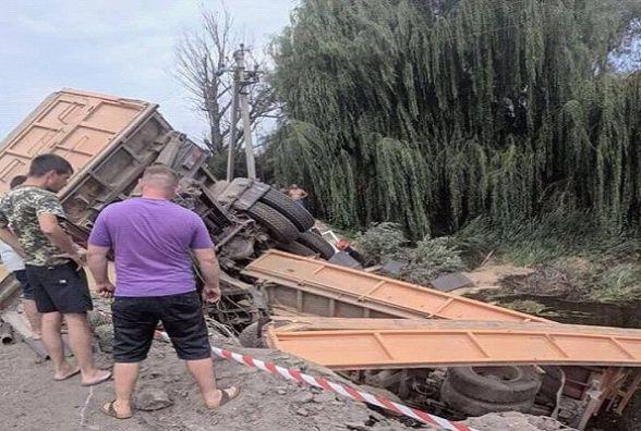 У Старокостянтинові фура злетіла з мосту: є постраждалі