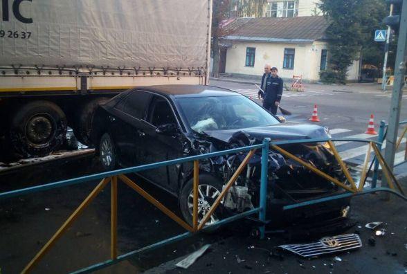 """Потрощене авто та пальне на дорозі: у центрі Хмельницького вантажівка в'їхала в """"Toyota"""""""