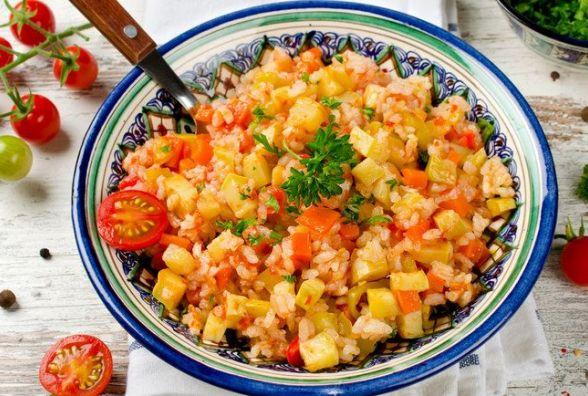 Рецепт вихідного дня. Готуємо  рис з кабачками, помідорами та морквою