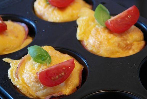 Сніданок за 15 хвилин: готуємо яєчні мафіни з перцем і помідорами