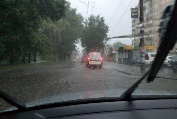 Затоплені двори та авто у кюветі: наслідки зливи у Хмельницькому