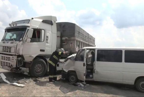 Мікроавтобус зіткнувся з вантажівкою на Красилівщині. Травмувалося 7 осіб