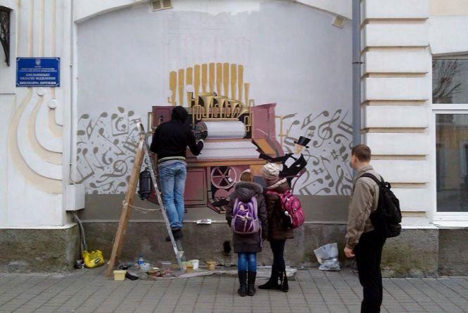 У Хмельницькому побільшало малюнків на будинках. У планах – розмалювати тролейбус