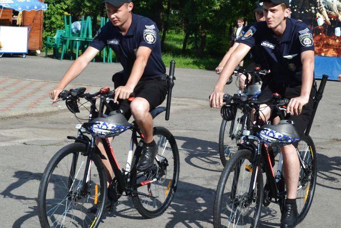 Хмельницькі міліціонери пересіли на велосипеди, аби швидше ловити нічних розбишак