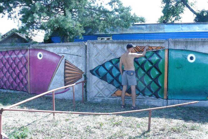 Хмельницьку набережну тепер прикрашатимуть велетенські різнокольорові риби