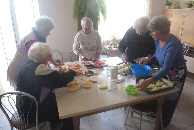 Хмельницькі господині спекли 18 кілограмів домашньої випічки для «айдарівців»