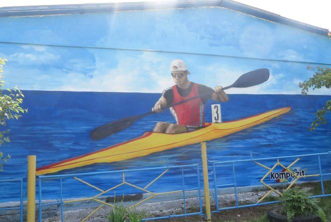 На хмельницькій ДЮСШ № 3 красується новий стріт-арт - веслувальник на байдарці