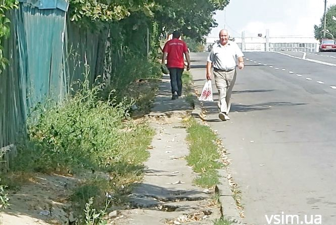 Небезпечні і розтрощені хмельницькі тротуари «виганяють» пішоходів на дорогу