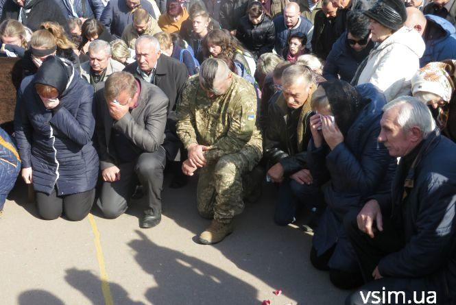 У Хмельницькому зі сльозами та на колінах прощалися з лейтенантом Максимом Яровцем