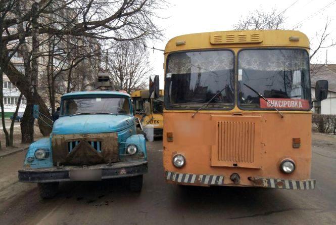 На Проскурівського підпілля тролейбус в'їхав у «ЗІЛ»