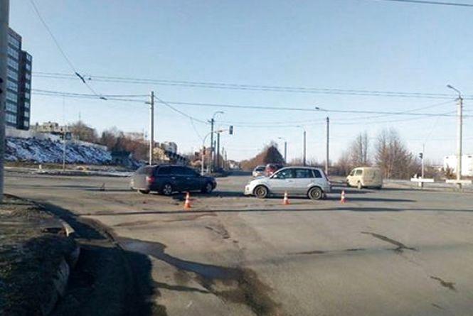 На Озерній зіткнулись два автомобілі