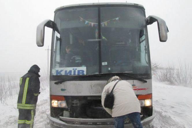 На Хмельниччині рятувальники витягнули зі снігових заметів більше сотні автівок