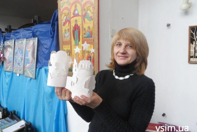 Як у Хмельницькому виготовляють різдвяний абажур з паперу