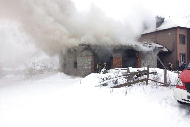 У Лезневому загорілися два гаражі