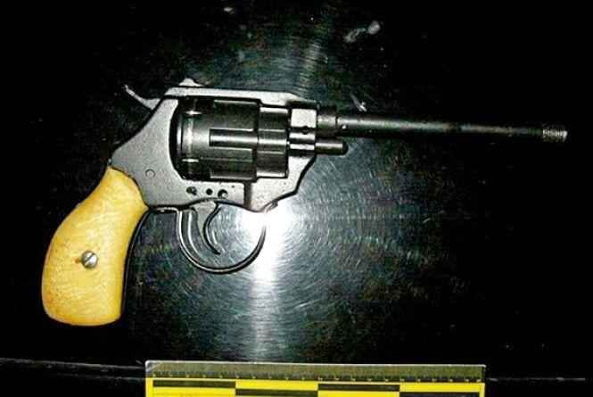 На Кам'янецькій затримали п'яного чоловіка з револьвером