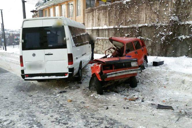 """На Кам'янецькій зіткнулися маршрутка і """"ВАЗ"""". Легковик розірвало навпіл"""