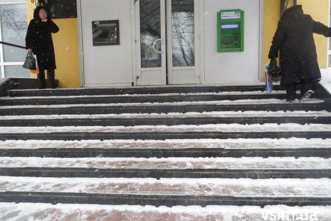 Шукати свідків і викликати копів: хмельничани можуть скаржитись на слизькі сходи