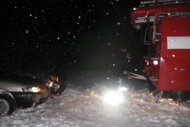 Негода на Хмельниччині: зі снігу звільнили ще один автобус та автівки