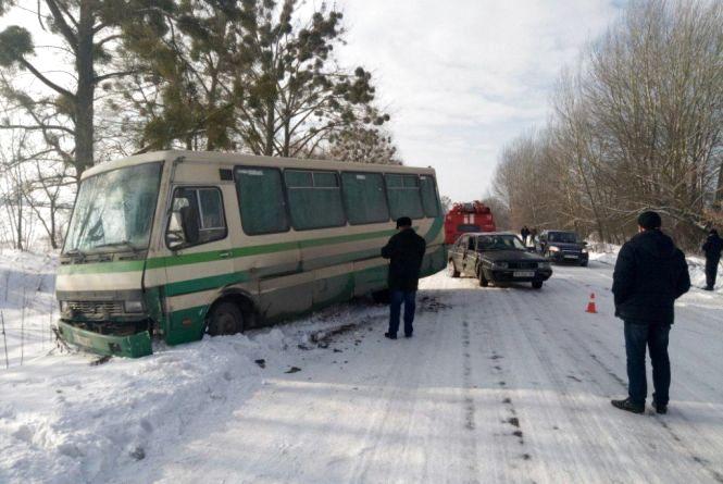ДТП на Хмельниччині: рейсовий автобус відкинуло у кювет