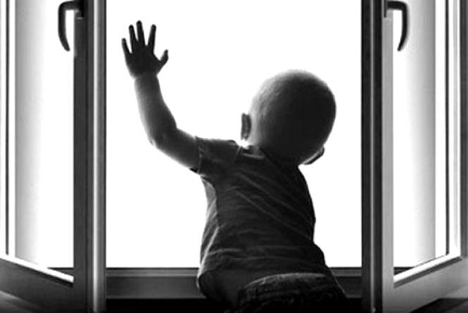 На Зарічанський хлопчик випав з вікна восьмого поверху