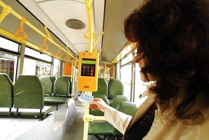 Валідатори замість кондукторів: хмельницькі тролейбуси перейдуть на електронні квитки