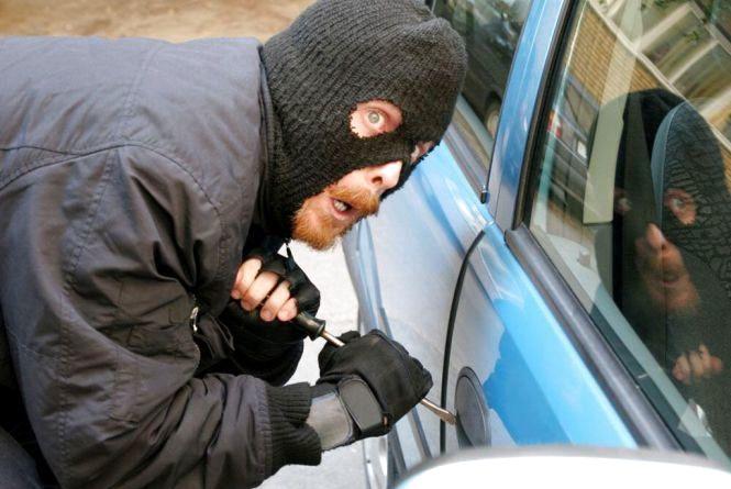 Шапки, гроші, магнітоли: у Хмельницькому розкривають лише кожну п'яту крадіжку з автомобіля
