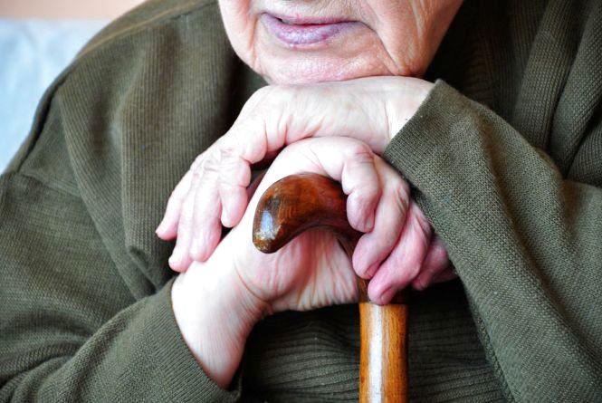У Волочиському районі чоловік видурив у пенсіонерки 37 тисяч гривень за ковдри