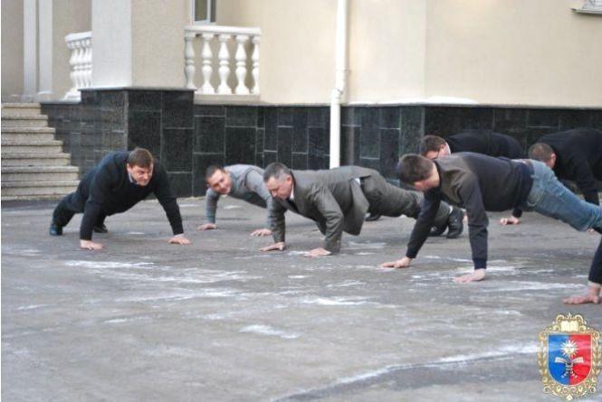 У Хмельницькому обласні чиновники віджималися на задньому дворі Будинку рад