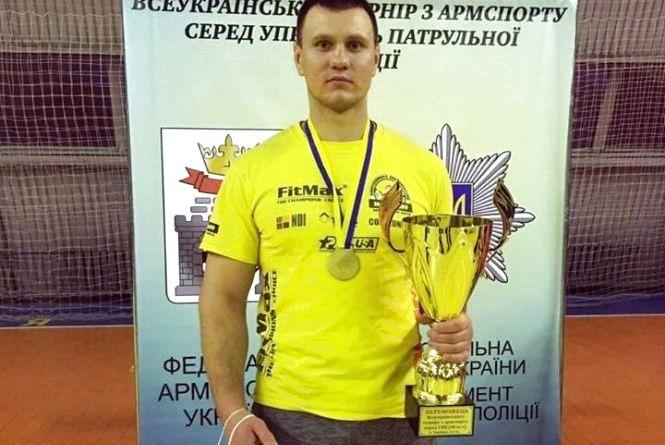 Хмельницький патрульний виграв чемпіонат з армспорту