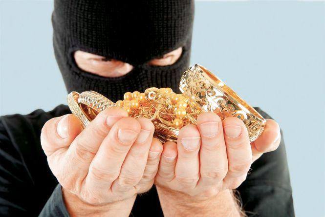 У Новій Ушиці чоловіки в масках пограбували ювелірний магазин