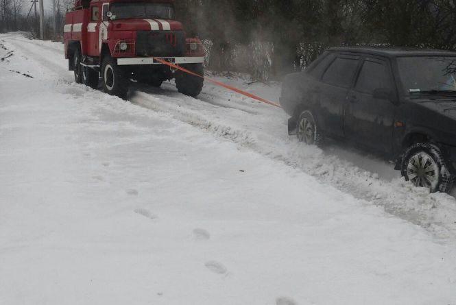 Наслідки ожеледі: 4 автомобілі у Чемеровецькому районі з'їхали в кювет