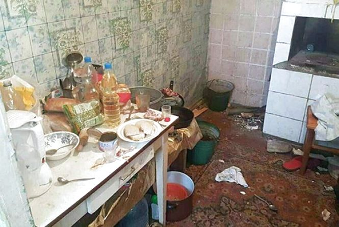 В Чорному Острові мама-алкоголічка виховувала немовля в антисанітарії