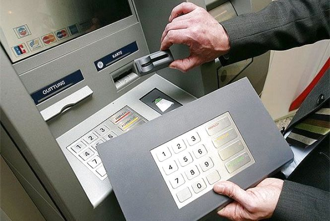 """Працівник банку зі Старокостянтинова """"обчистив"""" банкомати на півмільйона гривень"""