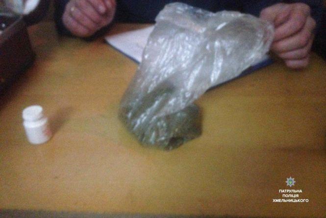 Хмельницькі патрульні затримали в поїзді чоловіка з наркотиками