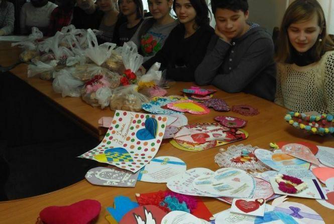 Хмельницькі учні зробили «валентинки» для учасників АТО